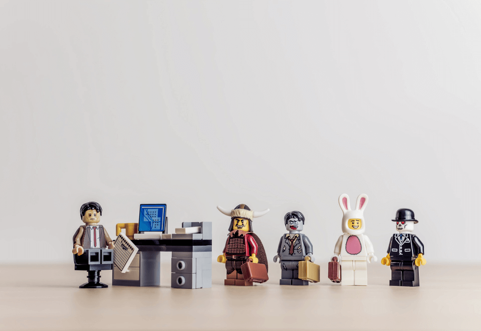 Lego figures manager behind a desk